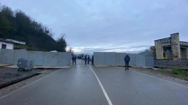 Намахвани ГЭС: Полиция возвела железные заграждения в ущелье Риони