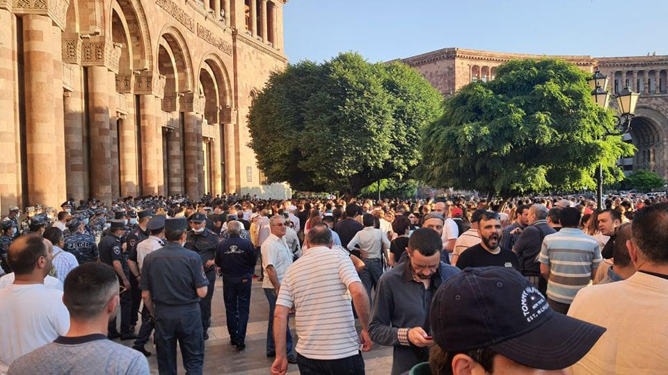 Протесты в Ереване: Пашинян объявил о возможном соглашении с Баку