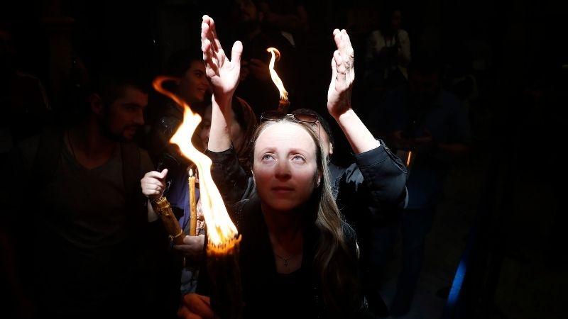 იერუსალიმი: წმინდა ცეცხლის რიტუალი COVID-19-ზე აცრილი მორწმუნეებისთვის[ფოტო]