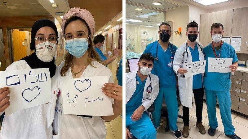 """ექიმებს უჭირავთ პლარაკეტები წარწერით """"მშვიდობა"""", ებრაულად და არაბულად."""