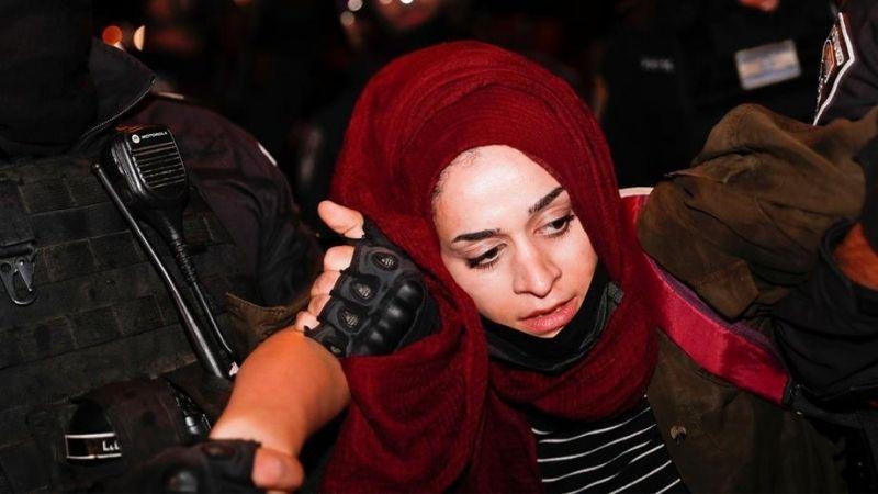 პოლიცია აპატიმრებს პალესტინელ დემონსტრანტს შეიხ ჯარაში მცხოვრები პალესტინელი ოჯახების მხარდამჭერი აქციის დროს ე.წ. დამასკოს ჭიშკართან, იერუსალიმში. ფოტო: EPA