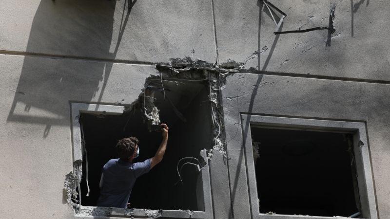 ღაზის სექორიდან ნასროლი რაკეტით დაზიანებული სახლი ისრაელის ქალაქ აშკელონში. ფოტო: EPA