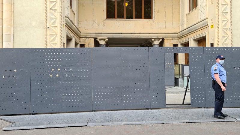 Железные заграждения у здания парламента будут демонтированы в ближайшие дни