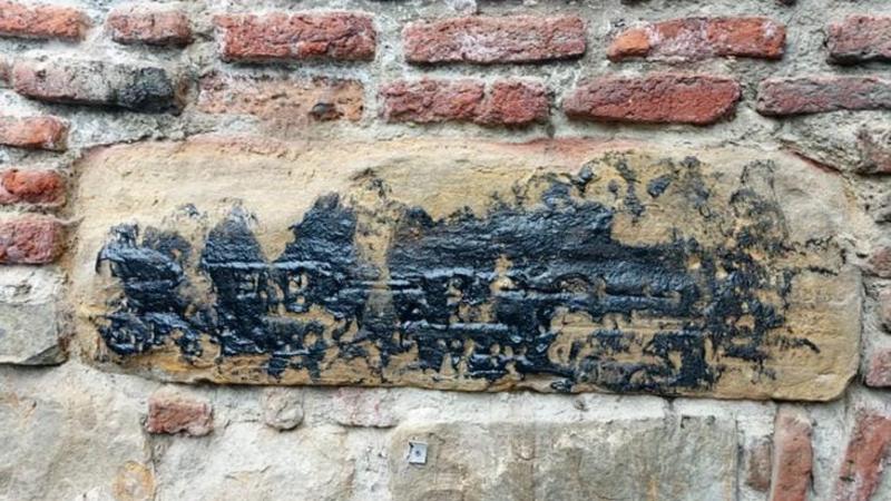 თბილისში გუდრონით დააზიანეს მერვე საუკუნის არაბული წარწერა