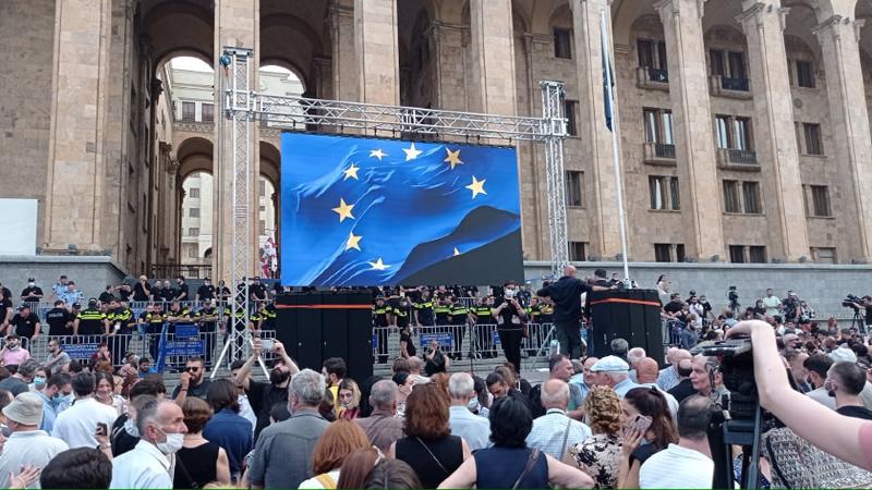 Перед зданием парламента вновь проходит митинг с требованием отставки Гарибашвили