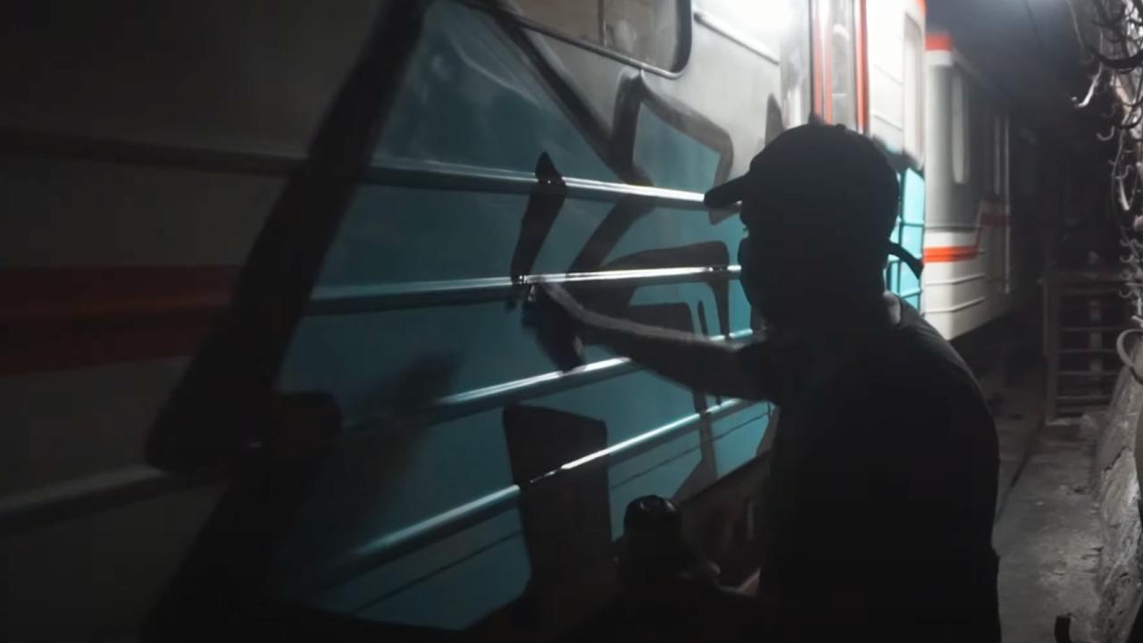 თბილისის მეტროში ახალგაზრდები შეიპარნენ და ვაგონები გრაფიტით მოხატეს – [ვიდეო]