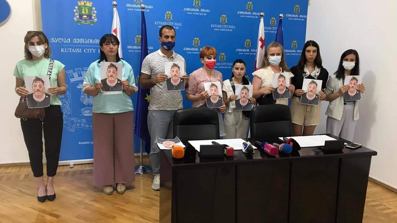 В Кутаиси журналисты встречали главу Минюста протестным перфомансом