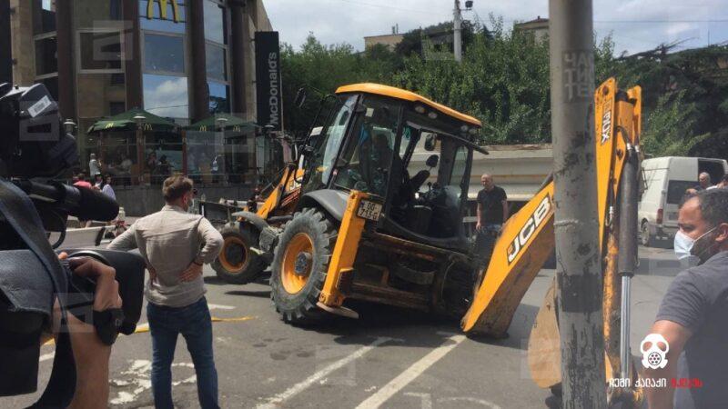 На проспекте Руставели в Тбилиси трактор провалился в яму в асфальте