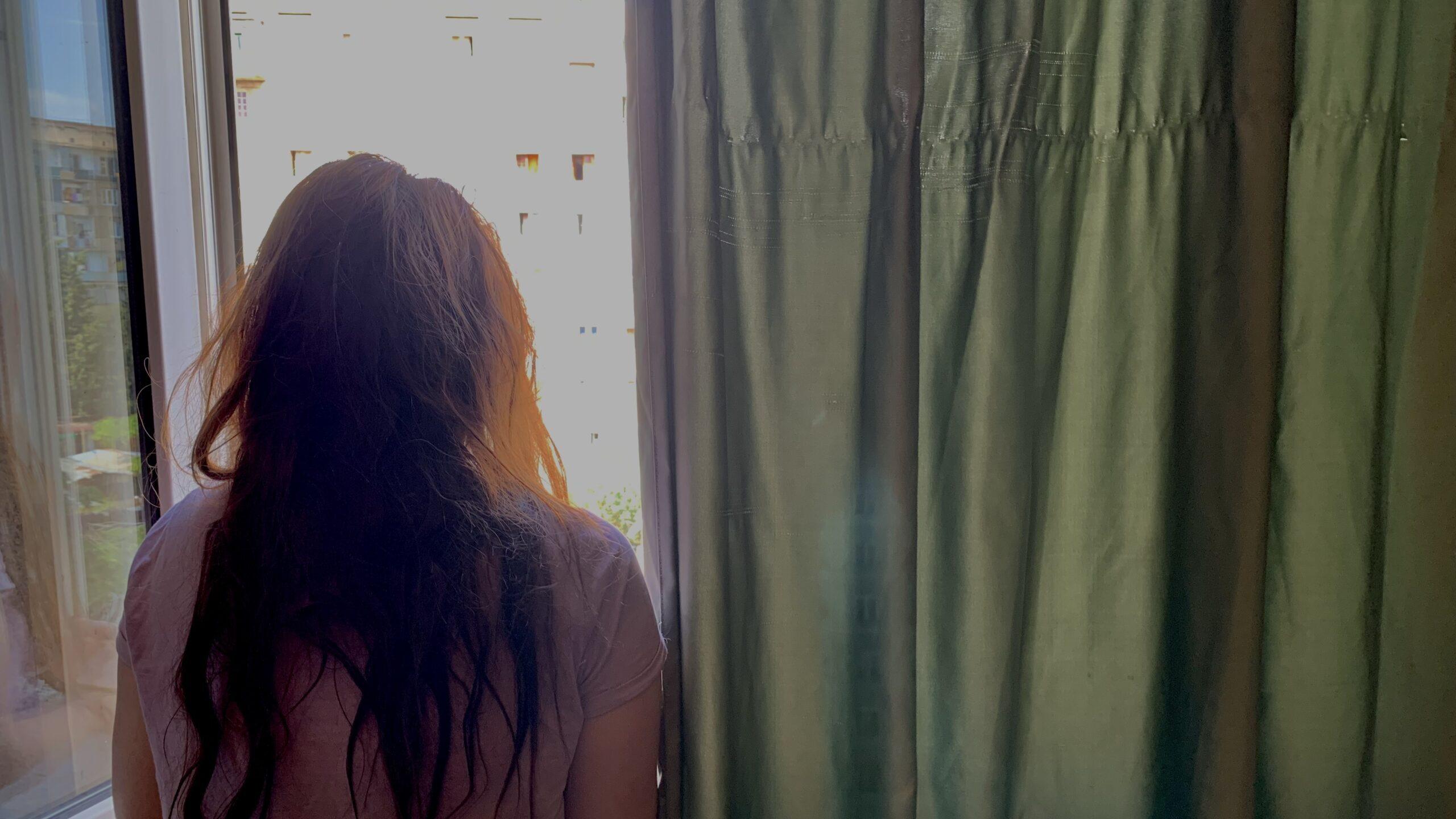 «Замужество казалось единственным выходом» — молодая женщина, которая не может выйти из дома
