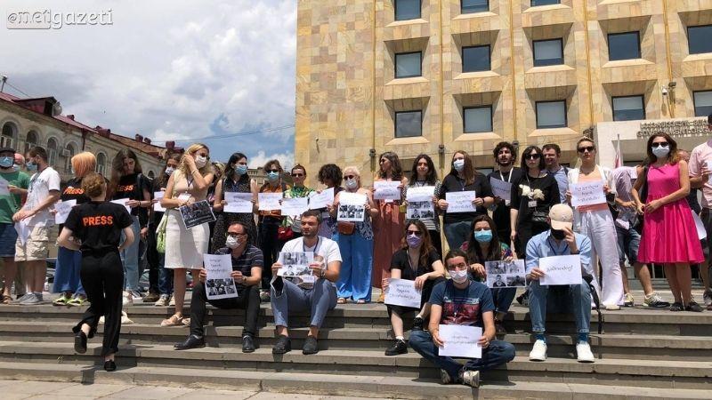 Журналисты провели акцию протеста у дома правительства в Тбилиси