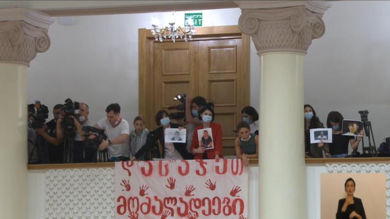 «Совершившие насилие должны быть наказаны» — баннер журналистов в парламенте