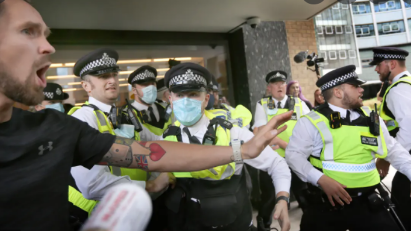 ლონდონში ანტივაქსერებმა შეცდომით შეუტიეს BBC-ის ყოფილ შენობას