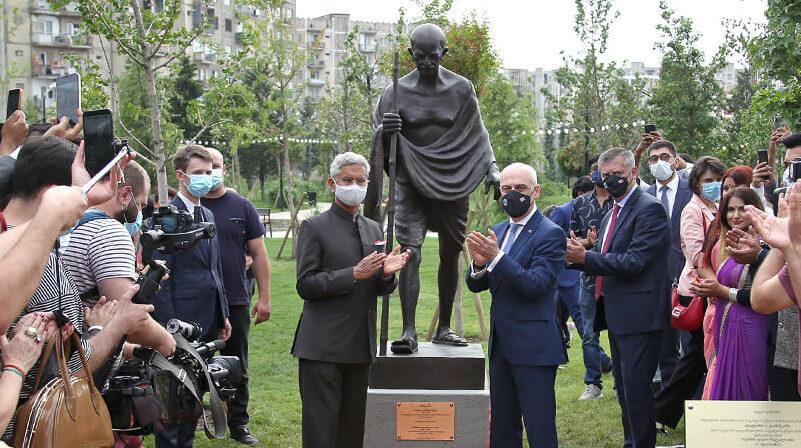 В Тбилиси украли очки с памятника Махатме Ганди