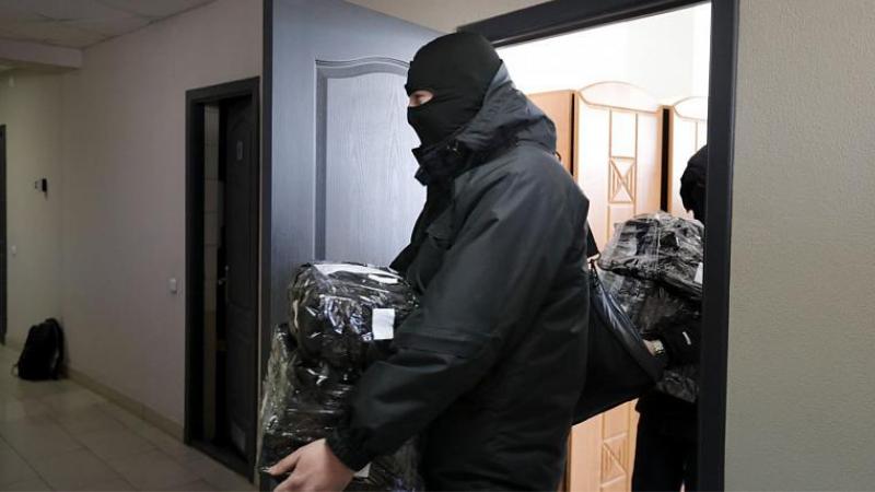 პოლიციას დოკუმენტები და კომპიუტერები გააქვს ბელარუსის ჟურნალისტთა ასოციაციის ოფისიდან. Copyright AP Photo, FILE