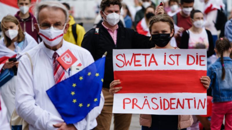 """ქალს უჭირავს პლაკატი წარწერით """"სვეტა ჩვენი პრეზიდენტია"""" ბელარუსის ოპოზიციის მხარდასაჭერად გამართულ აქციაზე ბერლინში. 21.06.21 ფოტო: EPA"""