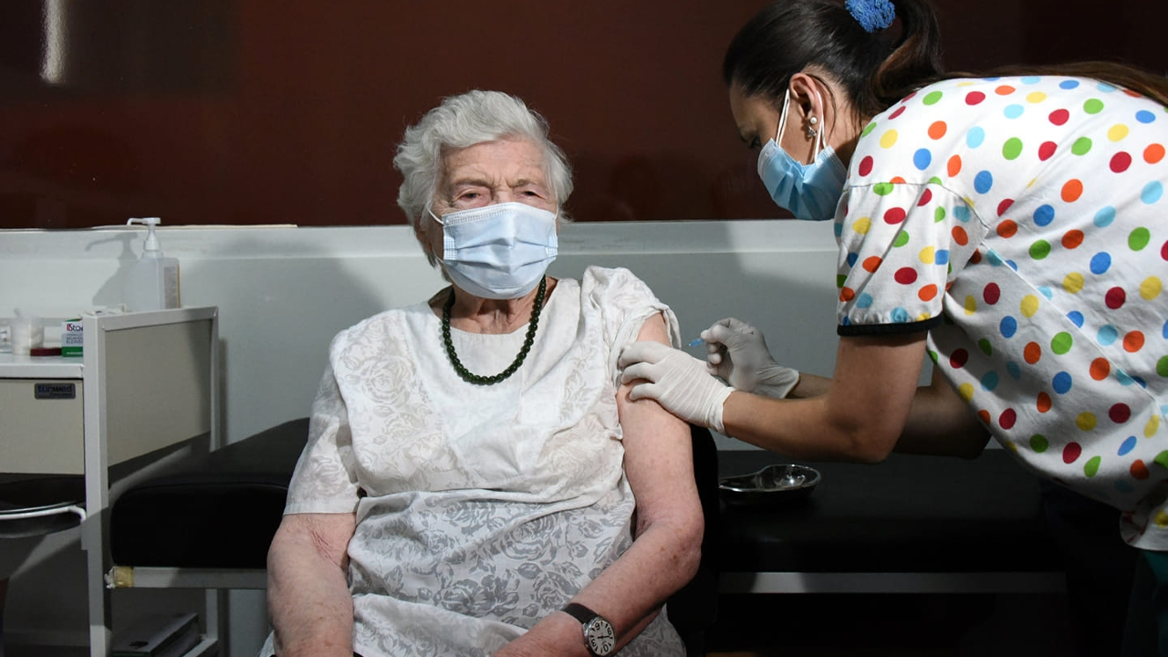 В Грузии 95-летняя женщина вакцинировалась от коронавируса