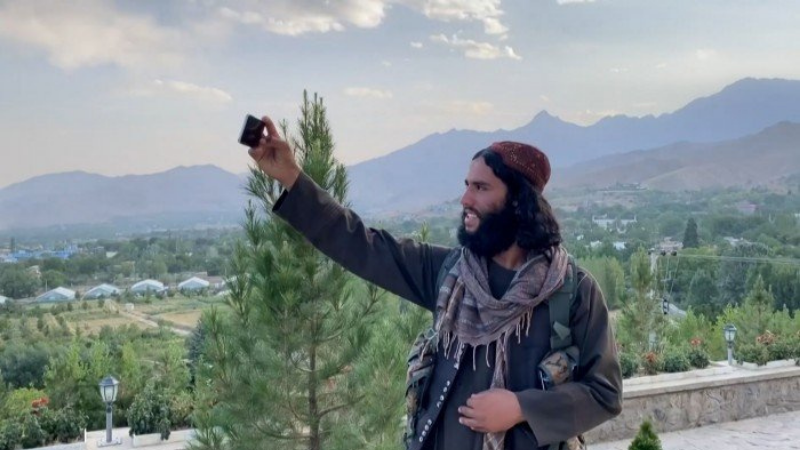 თალიბანის მებრძოლი სელფის იღებს ქაბულის მახლობლად მდებარე ტურისტულ ადგილას. სქრინი AFP-ის ვიდეოდან