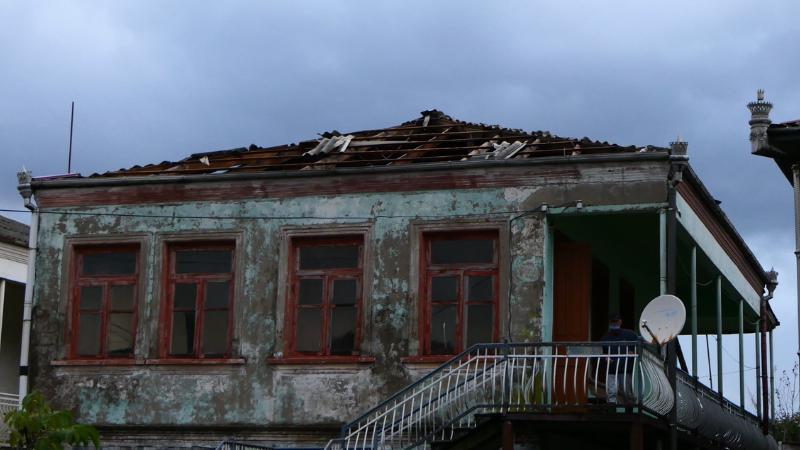 ძლიერი ქარი ფოთსა და ხობში —დაზიანებულია სახურავები, წაქცეულია ხეები