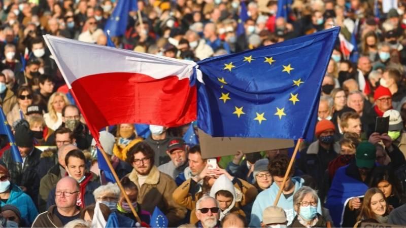 """""""ჩვენ ვრჩებით!"""" — EU-ს მხარდამჭერი აქცია პოლონეთში [ფოტო]"""