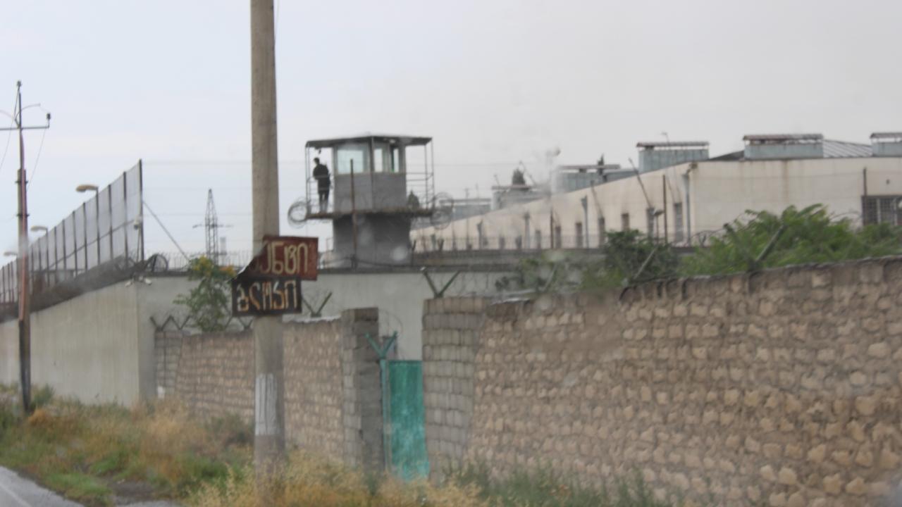 Двое заключенных, погибших во время пожара в руставской тюрьме, работали в хозяйственной части